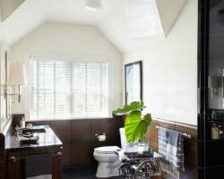 ديكور حمام ابيض و بني مع الزرع