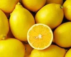 تنظّيف المايكروويف من دون إحداث فوضى، ضعي القليل من قشور الليمون في وعاء آمن داخل المايكروويف مملوء بالماء، وشغّلي هذا الأخير لمدّة 5 دقائق.