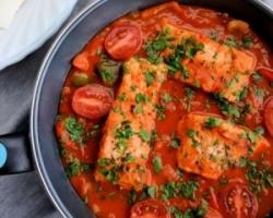 طريقة عمل السمك المشوى بصوص الطماطم